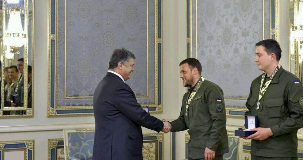 Президент вручає Дмитру медаль за службу