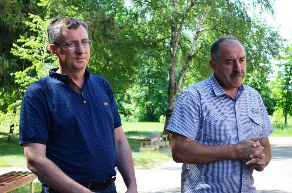 керівник комунального підприємства «Дружба» Валерій Марченко (зліва) та голова Мачухинської ОТГ Валерій Білокінь (справа)