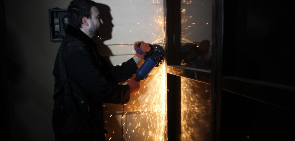 Мешканці знімають ворота (Джерело - tribuna.pl.ua)